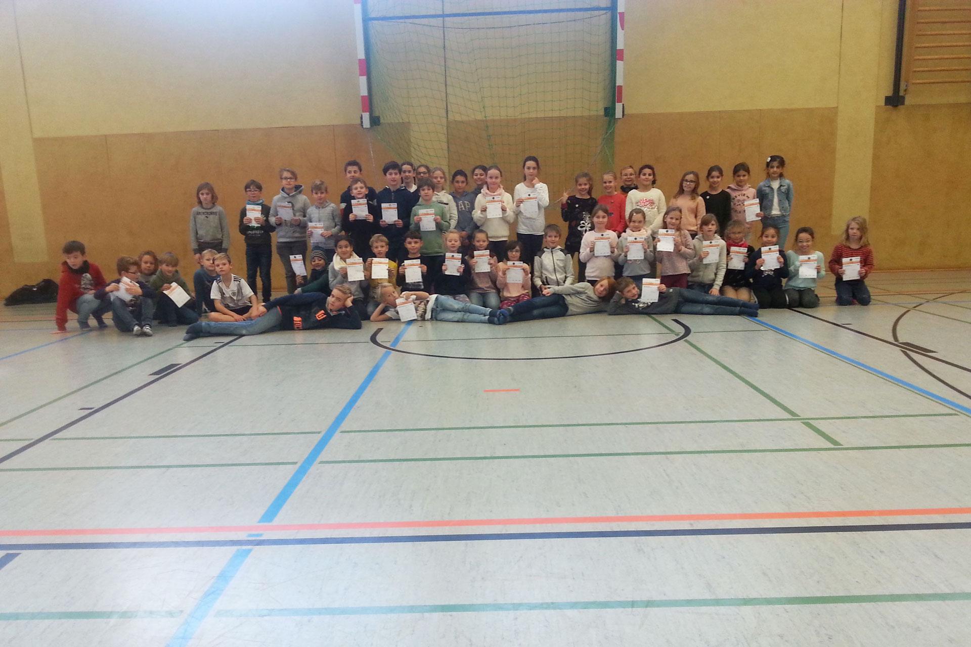 Schüler der HCA zeigen stolz ihre Sportabzeichen
