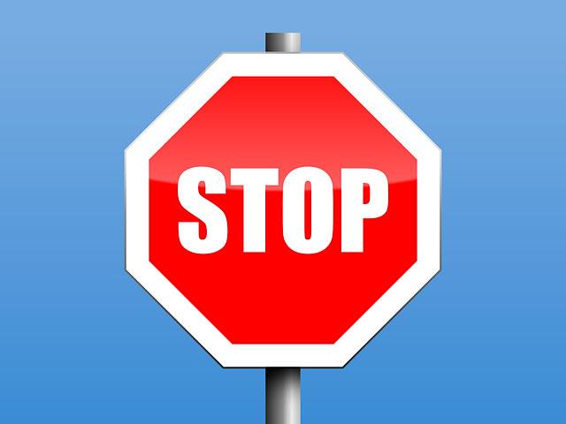 Stop-Schild - Konfliktlotsen helfen in den Pausen beim Streitschlichten