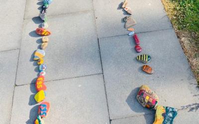 Steinschlange an der Grundschule